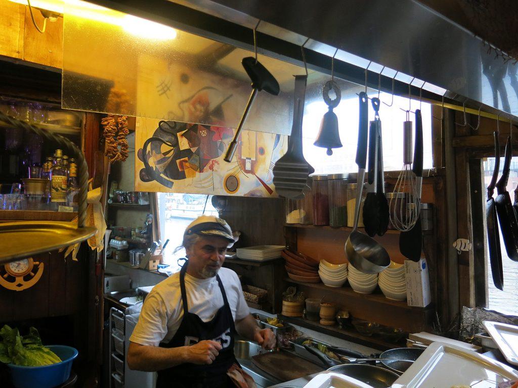 Hayri in seiner Schiffs-Küche