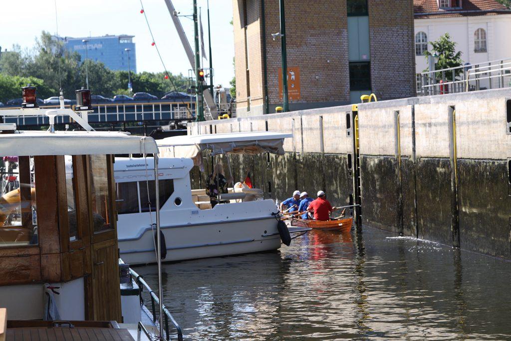 Ein Mietboot legt sich quer ...