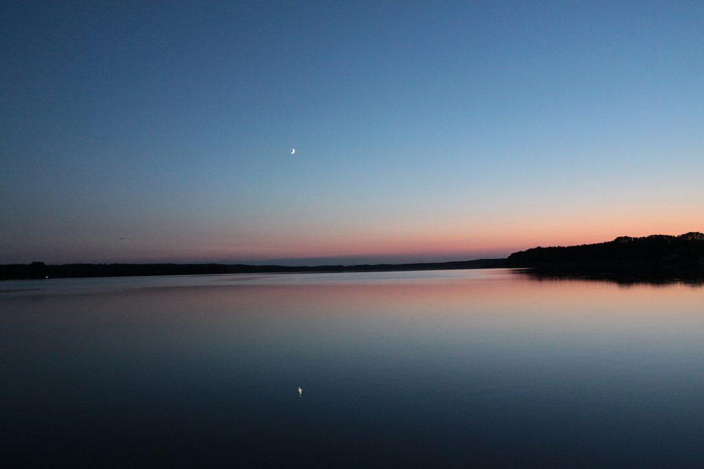 Die Mondsichel spiegelt sich im Stolpsee