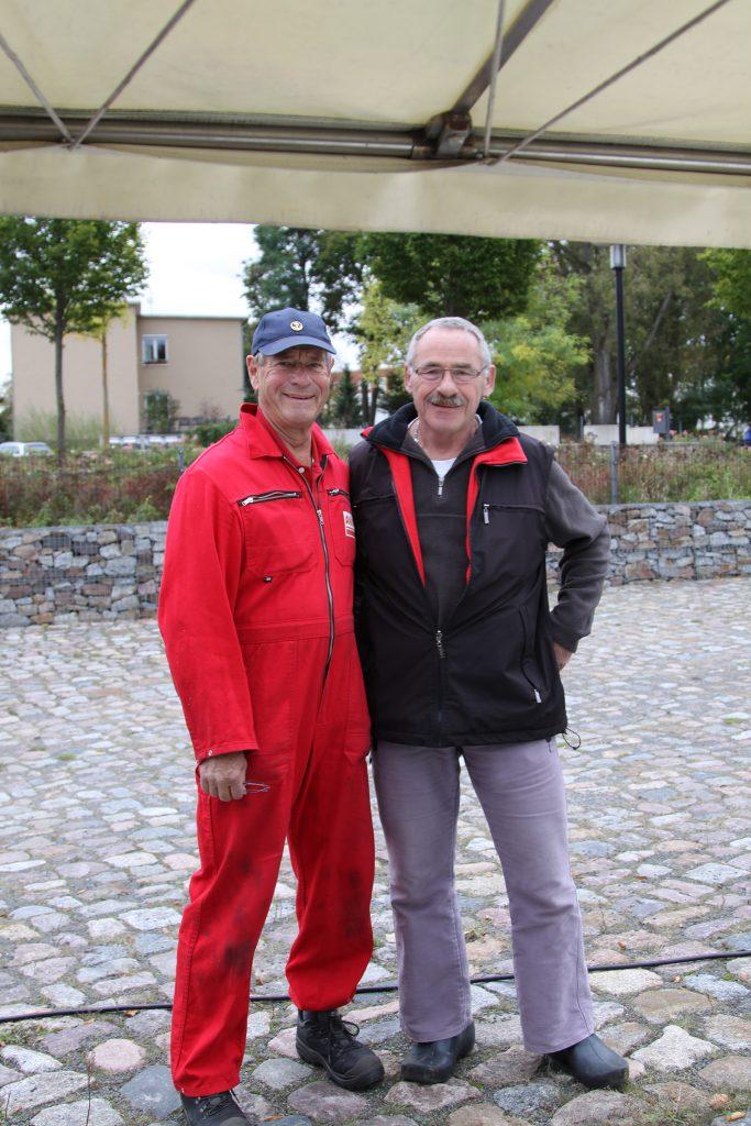 Christian und der stellvertretende Hafenmeister des Schlosshafens Oranienburg