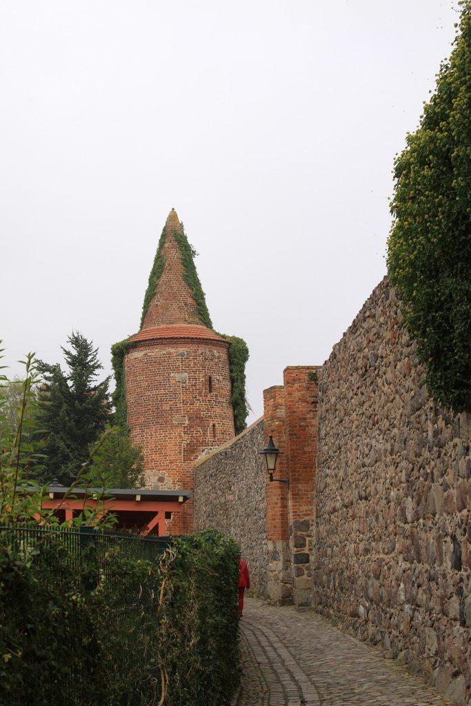 Die Stadtmauer von Templin mit dem Pulverturm
