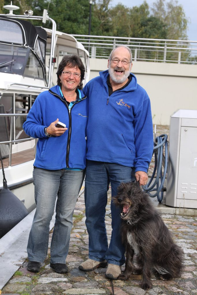 Doris und Hans Rivoire von der Motoryacht «Gamin» mit Hund Lony