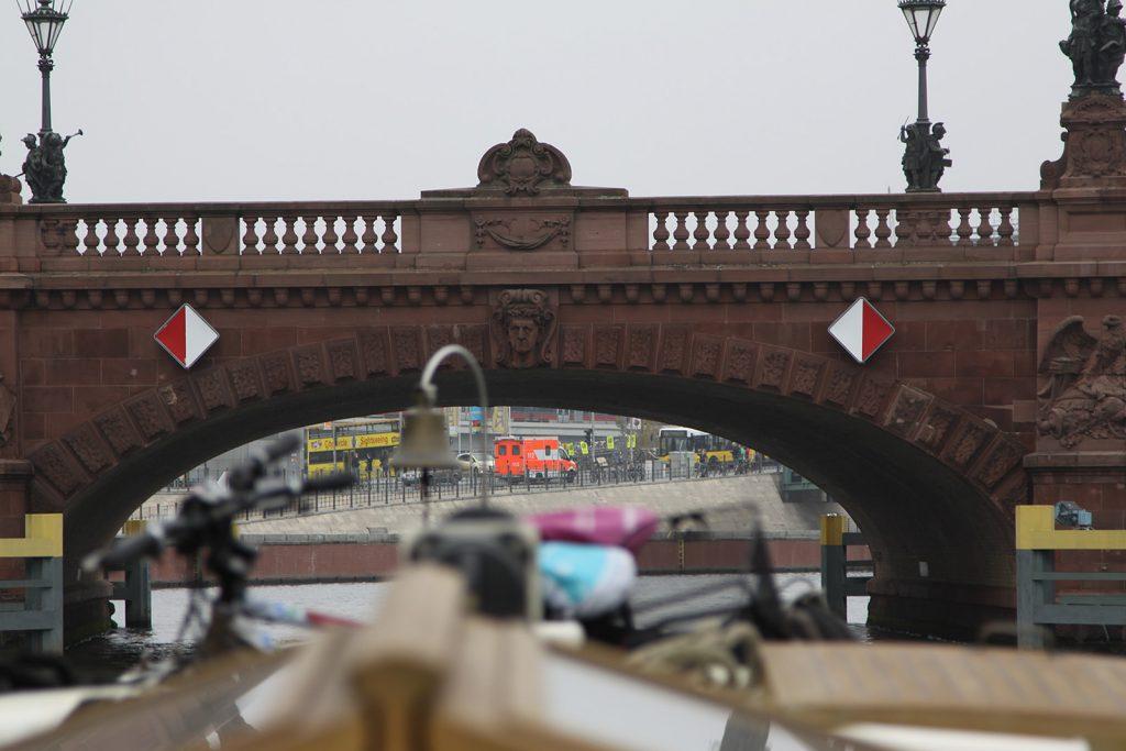 Unter der Moltkebrücke ist kein Kreuzen möglich