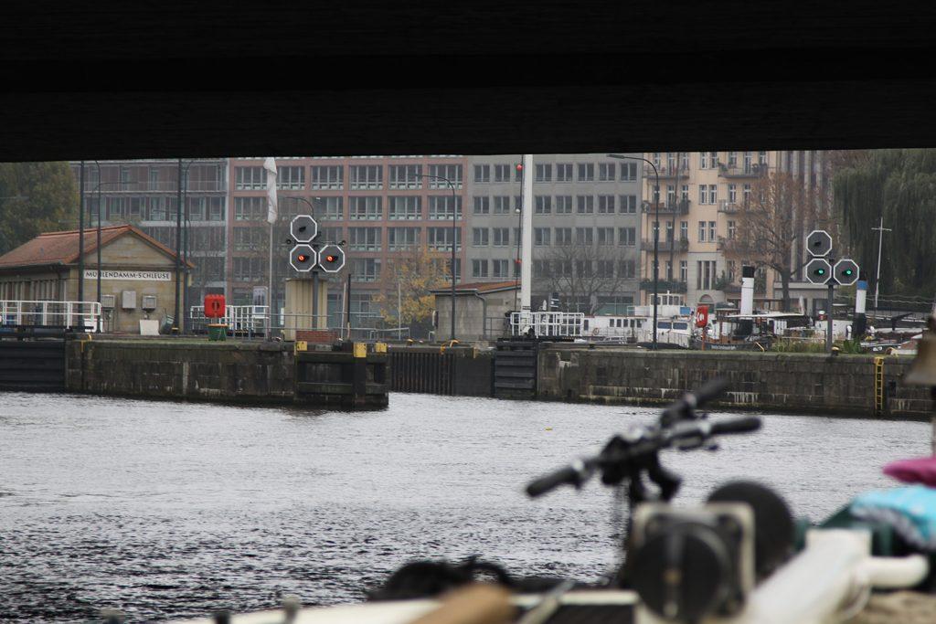 Die Mühlendammschleuse, dahinter der historische Hafen