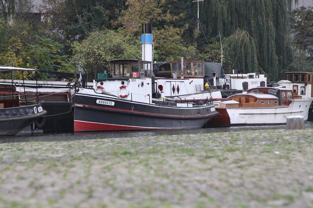 Schiffe im historischen Hafen