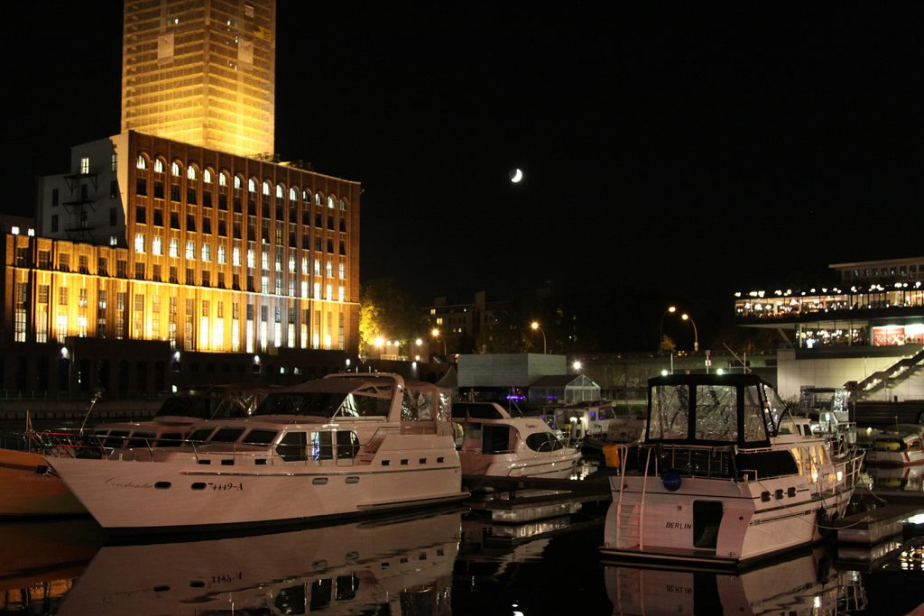 Der Tempelhofer Hafen mit dem Ullsteingebäude bei Nacht