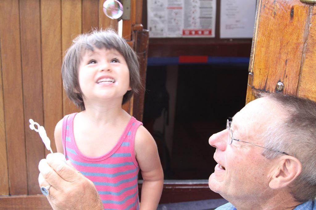 Enkelkinder in den Schiffsferien