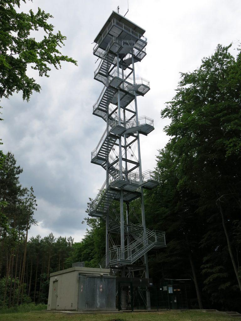 Der «Aussichtsturm Rauener Berge»