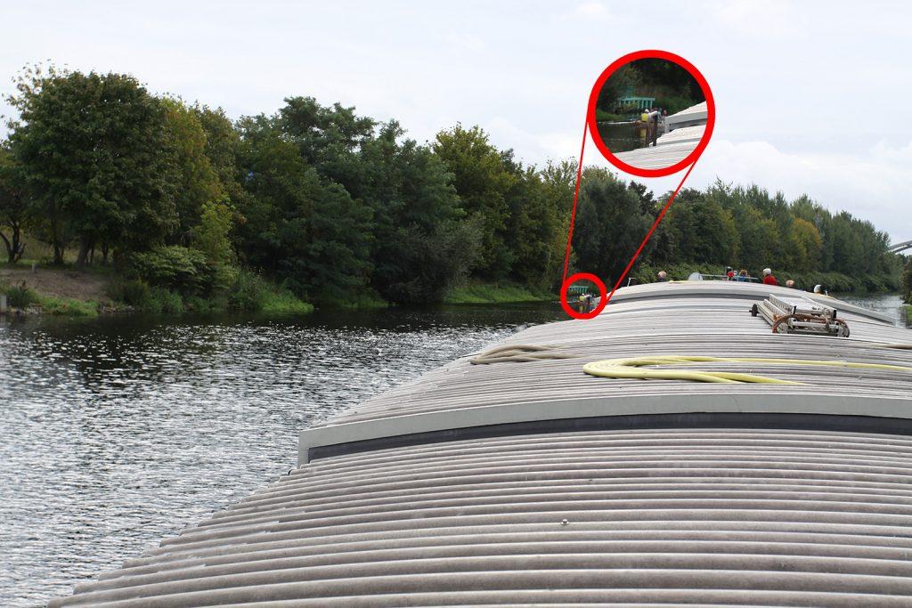 Erst jetzt und nur schlecht zu erkennen: Ein Ruderboot vorne auf Backbord