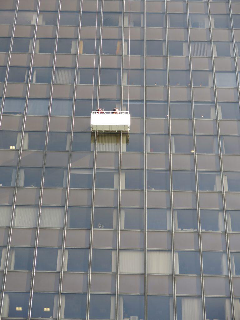 Fensterreiniger an einem Geschäftshaus am Kurfürstendamm