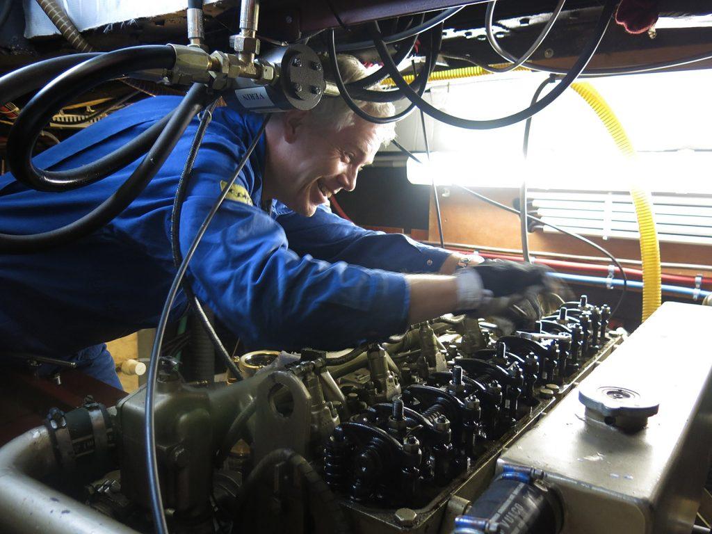Ralph Sommerkamp stellt die Ventile am Schiffsdiesel ein