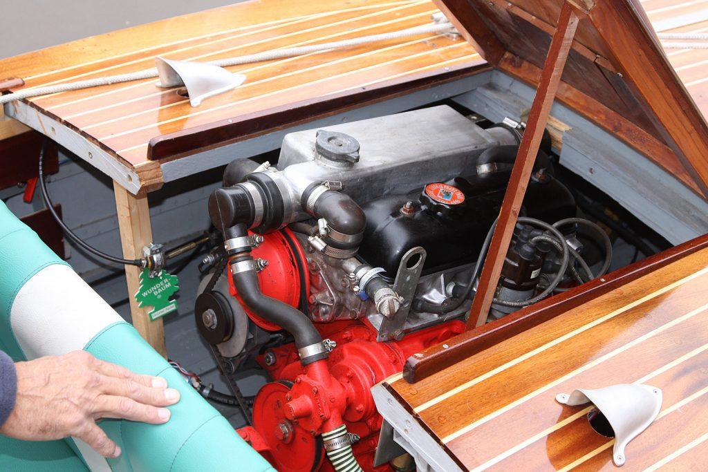 ...mit Renault R4-Innenbordmotor