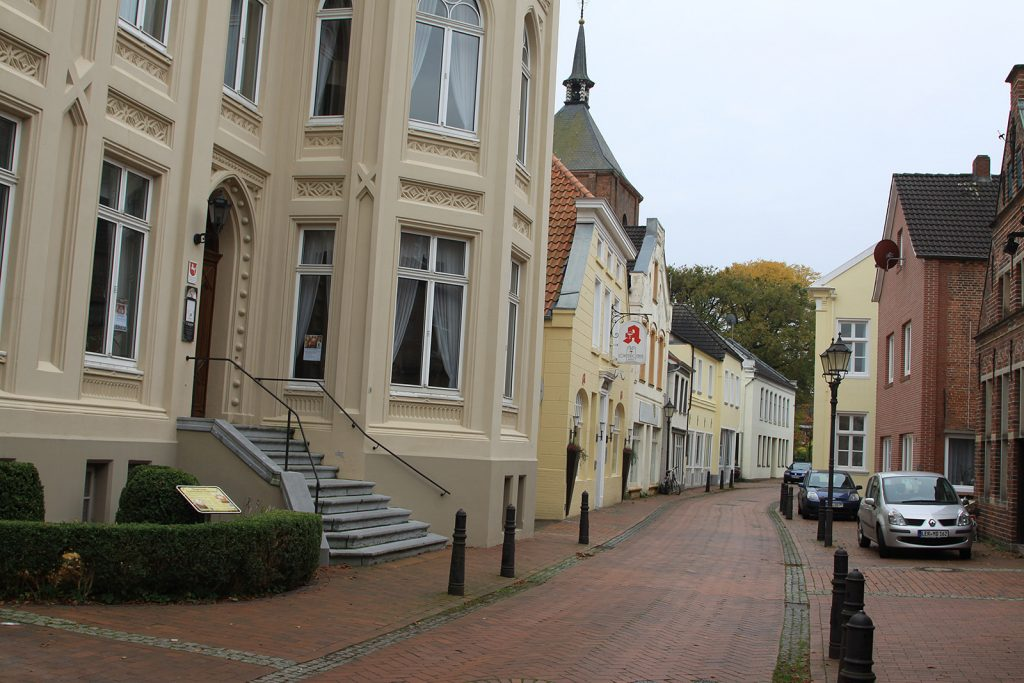 Häuserzeile in Leer (Im Vordergrund das Organeum)