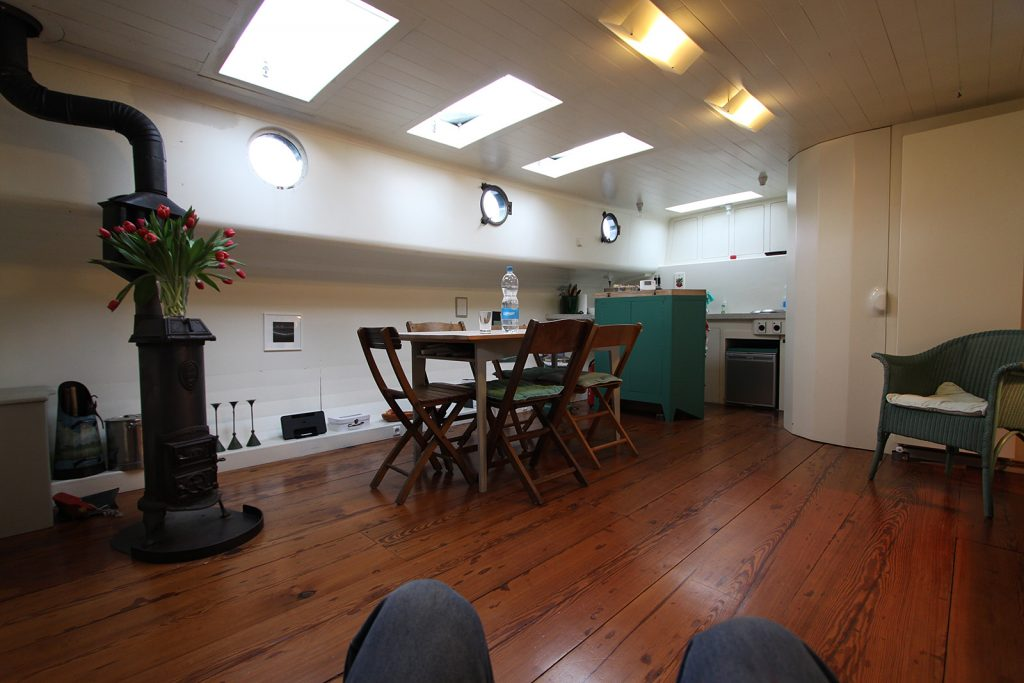 Der geräumige Salon des KABELJAUW mit offener Küche