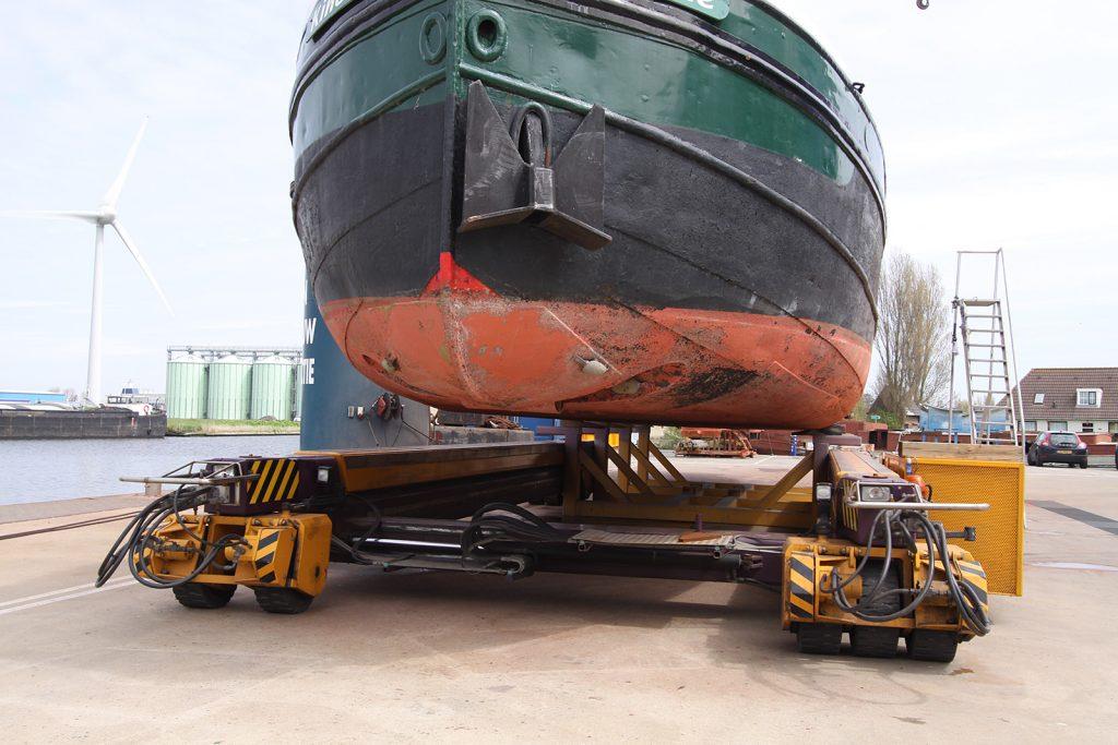 Der Bock wird mit einer ferngesteuerten 100-Tonnen-Hydraulikhebebühne unterfahren
