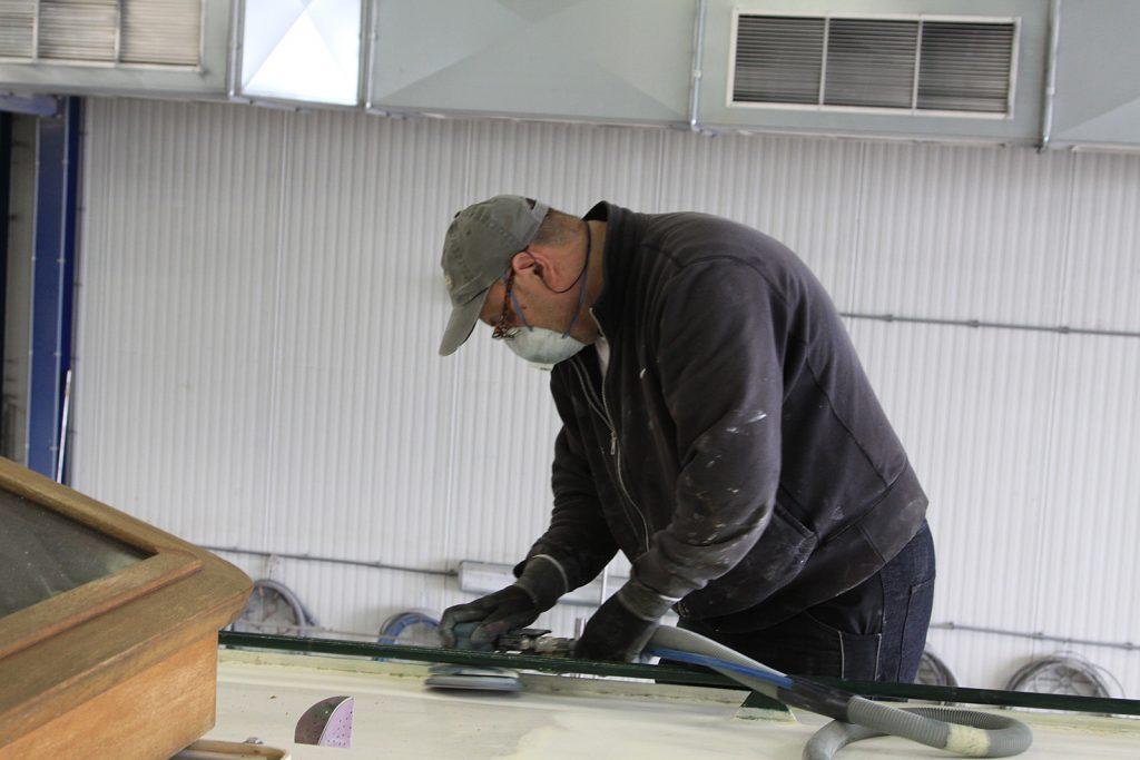 Vinko Kokic schleift das Salondach