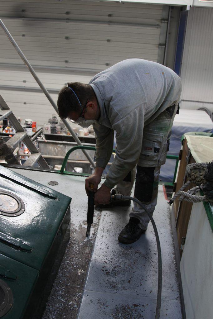 Hessel Bloemhof mit dem Pressluft-Nagelhammer auf dem Laufdeck