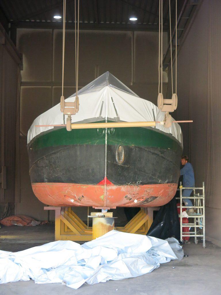 Das Schiff wird fürs Sandstrahlen verpackt