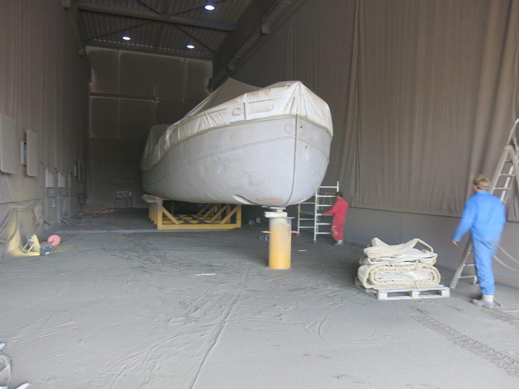 Das fertig sandgestrahlte Schiff