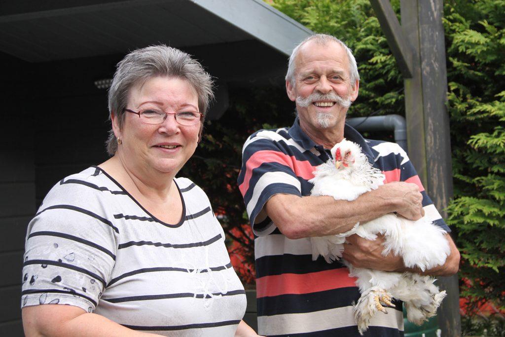 Unsere B&B-Gastgeber Linda und Albert Bergsma mit der Lieferantin der Frühstückseier